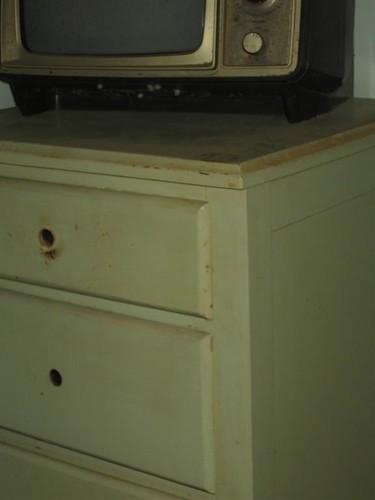 Knobless dresser