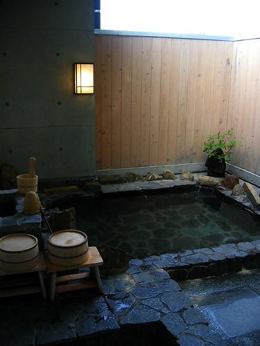 Baño Japones Tradicional:El agua es muchas veces mineral o sulfurosa y se le añaden productos