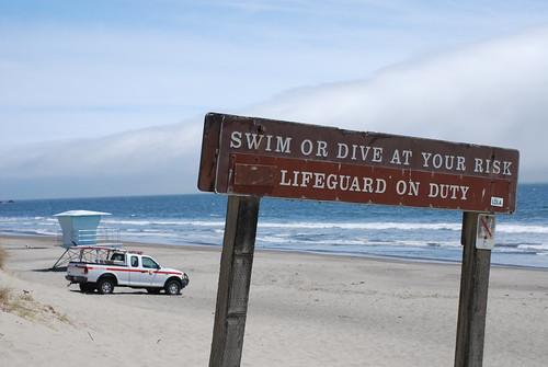 Плуването и гмуркането е на собствен риск! Плажът се охранява от спасител.
