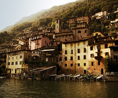 Gandria paese (Lou Rouge) Tags: travel house lake water architecture landscape boats lago switzerland ticino arquitectura village suisse suiza pueblo paisaje embarcadero svizzera barcas lugano paesaggio paese gandria lagodilugano barquitas lakeoflugano