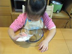 20081223-1.yoyo掉入蛋白粉 (2)