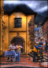 preparant les paradetes (Seracat) Tags: america calle américa colombia bogotá south colonial andes hdr carrer candelaria sud paradas sonya100 fractalius seracat