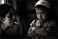 madre e hija (amaliovilla) Tags: blancoynegro nios retratos sobrinos sentimientos expresiones photoshopcreativo photoshopalmango bn052008 amaliovillaphotos galeriaretratos galeriapersonajes