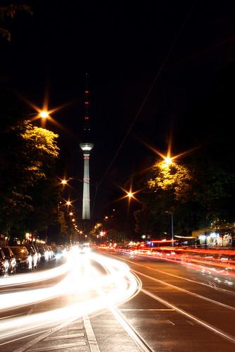 Oranienburger Straße mit Berliner Fernsehturm bei Nacht