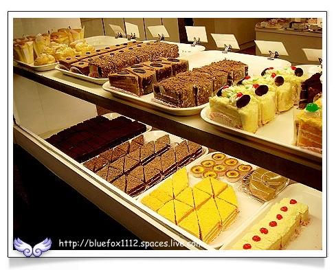 080515明星西點麵包廠01_櫥窗裡的各式切片蛋糕