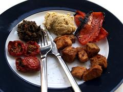 Semi-dried tomater, oliventapenade, hummus, grillet peberfrugt og laks