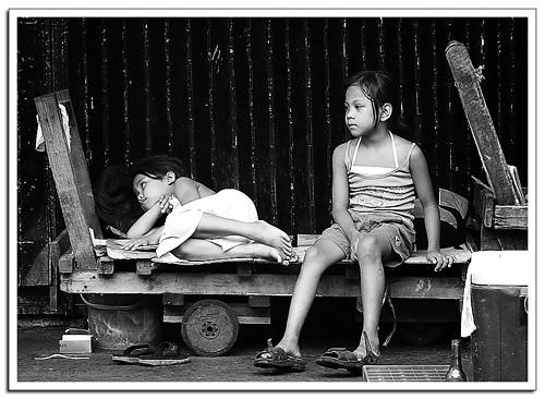 Girls kariton pushcart sidewalk street scene Pinoy Filipino Pilipino Buhay  people pictures photos life Philippinen  菲律宾  菲律賓  필리핀(공화국) Philippines