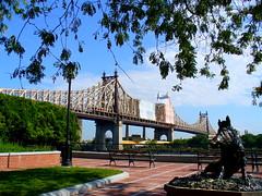 Queensborough Bridge (Yo Yeo) Tags: park nyc bridge newyork statue queensborough 59thstreet suttonplace