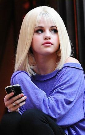 selena-gomez-blonde-wig-02