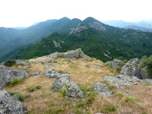 La tour ruinée, la crête de Nuvra et Bavella depuis le sommet du Castellacciu