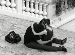 Les escaliers de la butte sont doux aux amoureux (Weingarten) Tags: paris france love frankreich kiss butte amor montmartre amour francia amore liebe beso bacio kuss baiser parigi