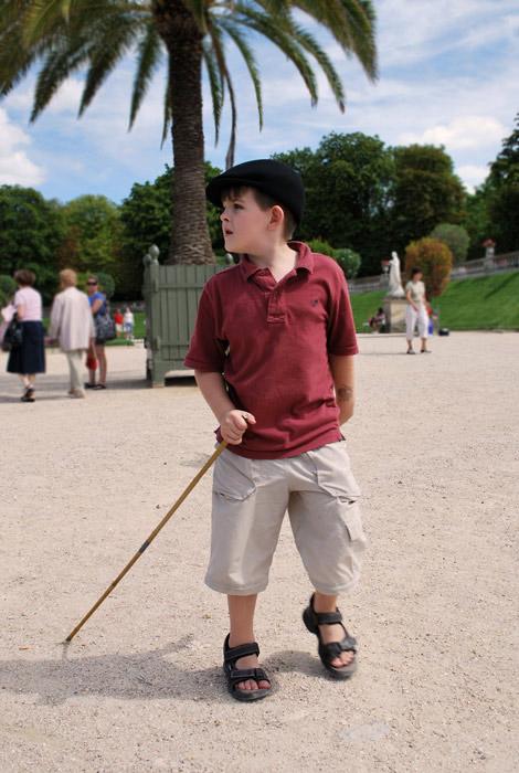 Enfant avec un baton