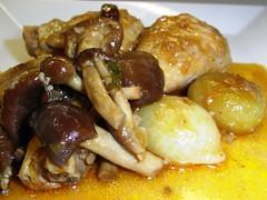 Detalle del Pollo Guisado con Setas de Chopo, Cebollitas y Pasas emplatado