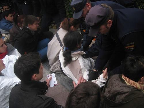 Policia intentando desnudar a una manifestante. ¡Guarros de los cojones!