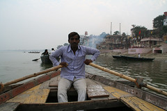 ガンジス河のボート漕ぎ。背景の煙は火葬場のもの。