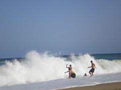JUGANDO CON LAS OLAS (pibepa) Tags: blue espaa paisajes azul mar spain espanha mediterraneo eu playa andalucia gotas espagne olas almera spanien spagna spanje iberia spania  hispania garrucha spagne hispanio   pibepa