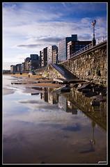 Reflejos de amanecer (David Bjar) Tags: muro skyline avenida gijn ciudad arena amanecer sanlorenzo farolas rocas reflejos piedras bjar guararire