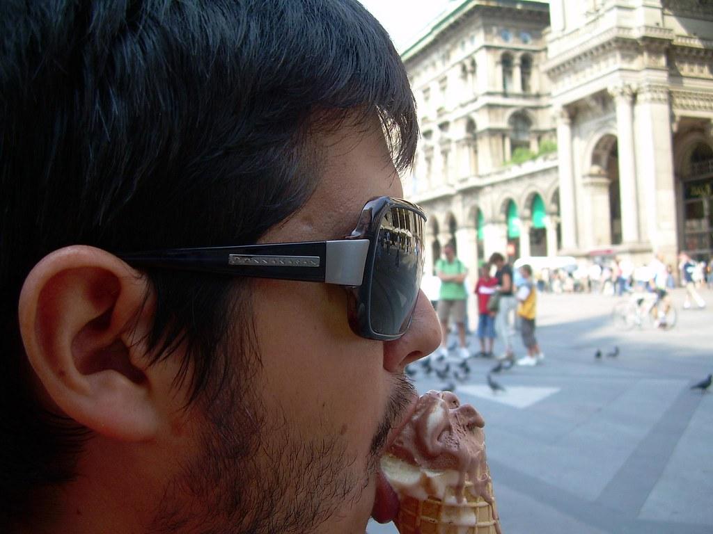 Comiendo un gelato de chocolate en Milán