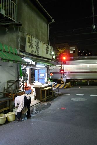 味噌の店のおばさんと踏切と電車