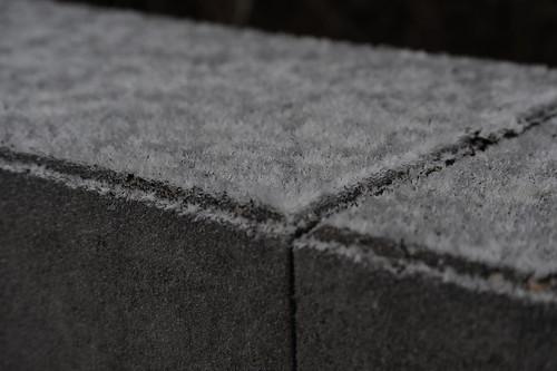 石の壁にも霜