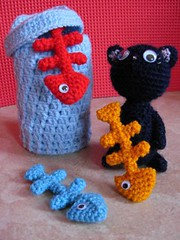 CRAL Alley Cat : objectif N3 (Cricri57) Tags: cat toys miniature chat crochet trashcan amigurumi poisson fishbone spielzeug poubelle cral gehkelt arte