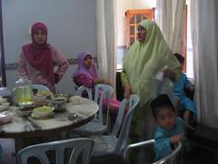 Makan waktu raya (naida&ishak) Tags: family muslim eid 2006 raya mak celebrating saleh mubarak anjang elah anakanak