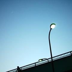 【写真】ミニデジで撮影した歩道橋と街灯