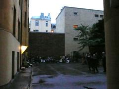 Jalkapallojunnuja poliisivartiossa
