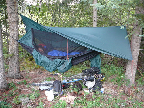 Nico durmiendo en su hamaca, abajo su bici - Dalton Highway Alaska