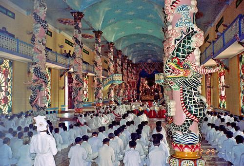 Cao Dai カオダイ教寺院 by Ik T