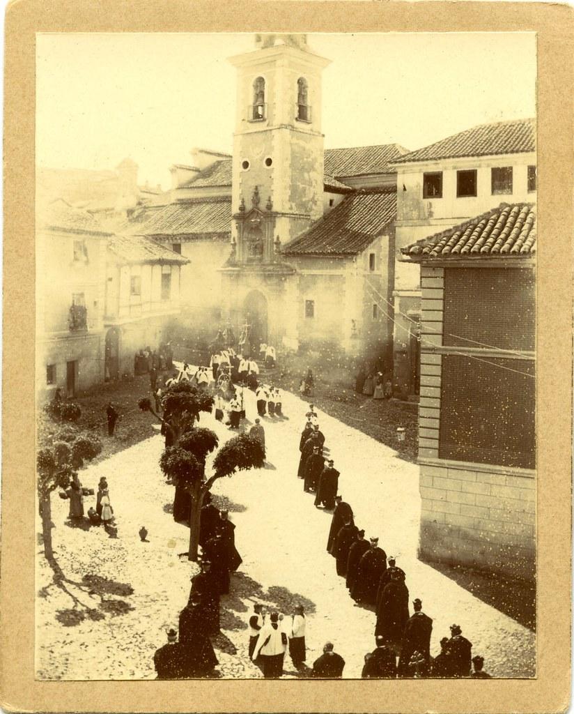 Plaza e Iglesia de San Justo en un día de procesión a principios del siglo XX. Fotografía de Pedro Román Martínez. Diputación de Toledo
