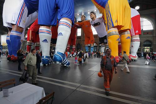 Huddle – Fussball-Giganten im Spielerkreis by flickr dom dada