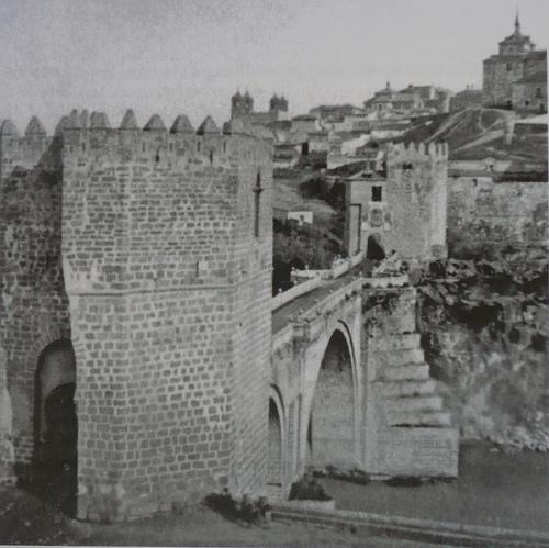 Puente de San Martín antes de 1864, Toledo (España). Al fondo la capilla de la beata Mariana
