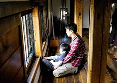 Pare i fill / Father and son (SBA73) Tags: people castle window japan pilar ventana japanese madera gente interior father son finestra mirar nippon chateau matsumoto schloss padre filho gent castillo nihon fusta japoneses pare hijo fill castell sohn japn   japonesos