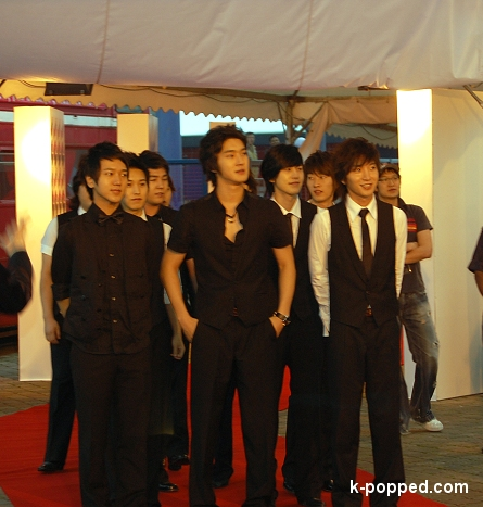 super junior pauses to check out the fans