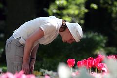 de verdade? (Luiza  Reis !) Tags: tulips flor tulipas holanda meninas cheirando keukenhof holand luizareis