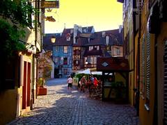 Colmar (Haut-Rhin, Fr) (caminanteK) Tags: france atardecer colmar alsace soir rue alsacelorraine callejuela champagneardennes maisonsàcolombages