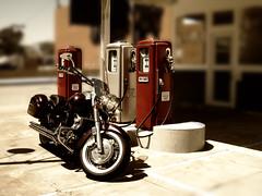 [フリー画像] [バイク/オートバイ] [ガソリンスタンド]         [フリー素材]