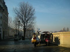 a couple (ÇaD) Tags: sun paris couple vespa chad bikes lovers motorbikes cagdas ozturk deger cagdasdeger