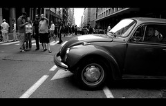 La prima gita nella massa (Pa!) Tags: road people volkswagen eos strada bn persone pa bologna maggiolone bnw biancoenero pazienza 60d canon60d impazienza attraversa zapparolipaolo paolozapparoli