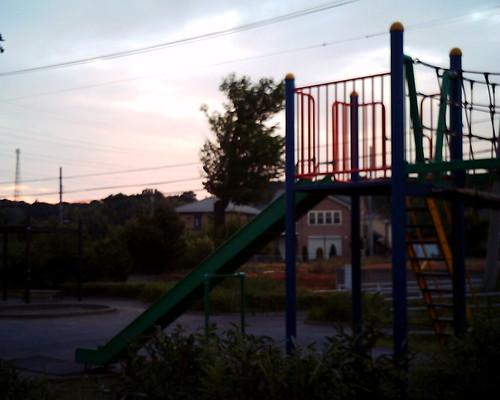 【写真】VQ1005で撮影した夕暮れの公園(滑り台)