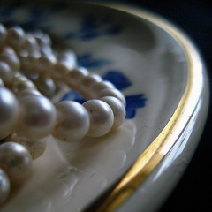 Pearls on a plate (blondepowers) Tags: china blue stilllife white macro gold golden necklace focus soft message grandmother quote memories plate stilleben pearls retro jewellery chain nostalgia baci bead romantic pearl oma blau perla soe porcelain schmuck nostalgie teller perlen porzellan erinnerungen weis 500x500 blueribbonwinner perlenkette halskette  fineartphotos abigfave goldrand impressedbeauty aplusphoto infinestyle diamondclassphotographer flickrdiamond giltedged brillianteyejewel grosmutter theperfectphotographer llovemypics goldenheartaward