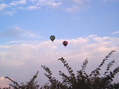 Mongolfiere due punti (alfiererosso) Tags: sky fly himmel volo cielo distance mongolfiera flug airbaloon distanza luftball
