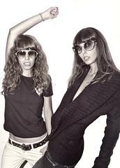 Victimas de la moda (Samuel Hervás) Tags: girls sunglasses fashion moda style calafell retro un dos chicas tres gafas otra vez responda ltytr2 ltytr1 corymathews núriatapias
