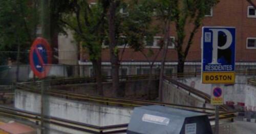 Habitación triangular entre las paredes de los accesos a un parking que contiene una cueva