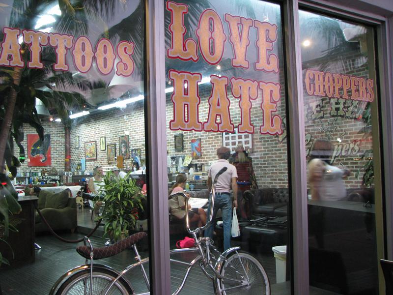 Love Hate Tattoos También de Chris
