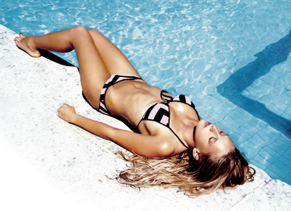Ludivine Sagnier en bikini dans Swimming Pool