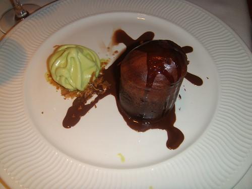 Volcán de chocolate a las cuatro especias con helado de pistacho