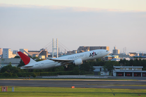 JAL's B777-200 taking off