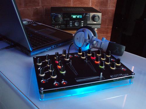 Aurora open-source DJ stílusú USB kontroller